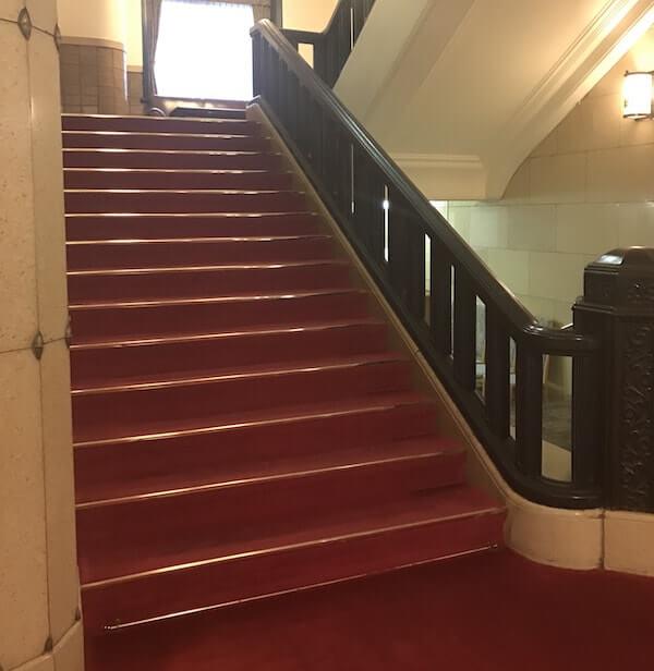 学士会館階段の赤じゅうたん