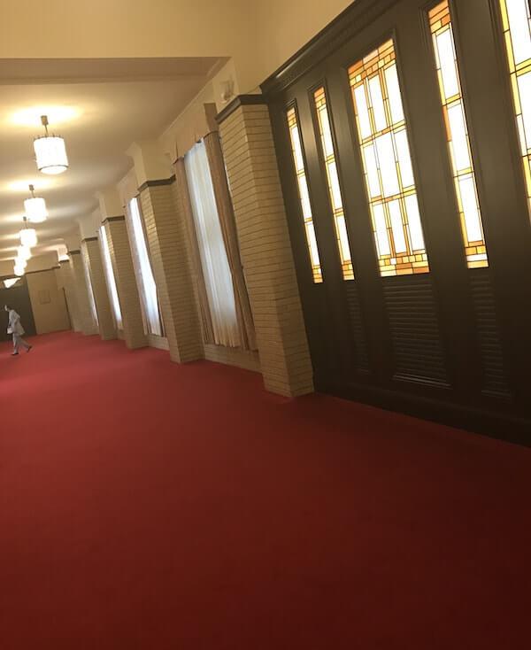 学士会館の廊下赤じゅうたん