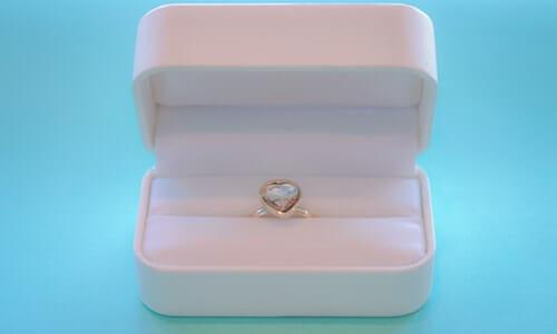 婚約指輪の費用って平均はいくらなの?